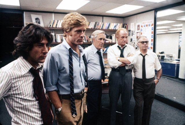 all-the-presidents-men-1976-001-dustin-hoffman-robert-redford-newsroom-lineup-00n-qcz
